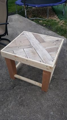 Pallet Outdoor Furniture Reclaim Pallet End Table/ Night Stand Wood Pallet Recycling, Diy Pallet Sofa, Wood Pallet Furniture, Recycled Pallets, Diy Pallet Projects, Wooden Pallets, Wood Projects, Diy Furniture, Recycling Ideas