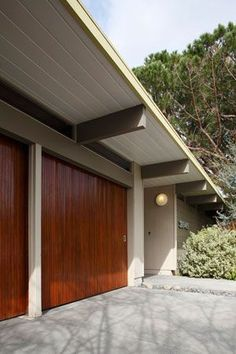 Modern and warm exterior. Mid-century Eichler home