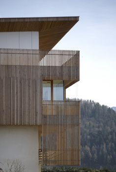 Amazing Countryside House as PF Single Family by Burnazzi Feltrin: Appealing PF Single Family House Edging With Wooden Slats Covering White Wall Matched With Glass Nook Windows ~ SFXit Design Architecture Inspiration Timber Battens, Balustrades, Wood Cladding, Wood Architecture, Residential Architecture, Architecture Details, Design Hotel, House Design, Wooden Facade