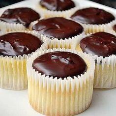 Boston cream pie cupcakes- yes. I love boston cream pie. Brownie Desserts, Köstliche Desserts, Lemon Desserts, Plated Desserts, Cupcake Recipes, Cupcake Cakes, Dessert Recipes, Bundt Cakes, Layer Cakes