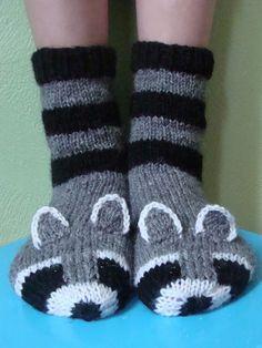 Pesukarhusukkien ohje on alunperin julkaistu Facebookin Voihan villasukka! -ryhmässä. Nyt laitan sen myös saataville tänne blogin puolelle... Knitted Slippers, Knit Mittens, Crochet Slippers, Knit Or Crochet, Knitting Socks, Knitting For Kids, Knitting Projects, Baby Knitting, Knitting Patterns Free