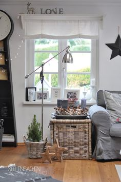 Even more Christmas in the house - Home Page Coastal Living Rooms, Home And Living, Living Spaces, Vintage Farmhouse Decor, Vintage Shabby Chic, Drapes And Blinds, Lexington Home, Scandinavian Living, Decoration