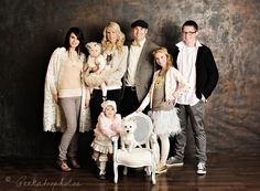 Great outfits for family picture - This blog has so many FANTASTIC ideas for group photos