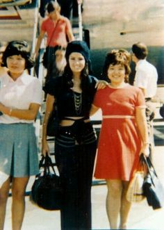 Priscilla with some friends. This actually looks like they are at a airport? Elvis Presley Priscilla, Elvis Presley Photos, Lisa Marie Presley, Robert Sean Leonard, Family Photo Album, Airport Style, 70s Fashion, Most Beautiful Women, Vintage Looks