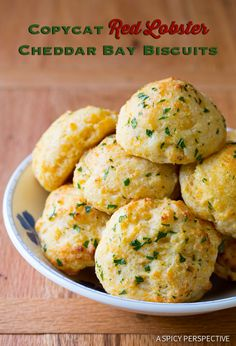 Copycat Red Lobster Cheddar Bay Biscuits Recipe - These cheesy soft biscuits have a hint of garlic and are sprinkled with fresh parsley. It's easy to make your favorite Red Lobster cheese biscuits at home from scratch! Biscuit Bread, Biscuit Recipe, Red Lobster Cheddar Bay Biscuits Recipe, Cheddar Biscuits, Cheese Biscuits, Great Recipes, Favorite Recipes, Good Food, Yummy Food