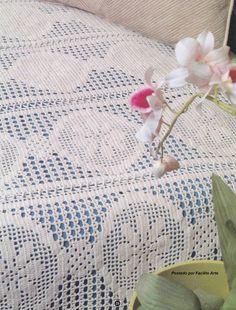 Belíssima colcha trabalhada em crochê filé, com linha Camila Fashion na cor crua, agulha 1,75 mm, feita em tiras e facilmente unidas por al...