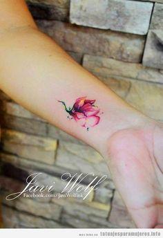 Tatuaje flor efecto acuarela para mujer en la muñeca