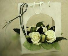 sac découpé  et garni de roses