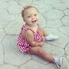 I love this little gingham dress with the white Converse! Stephen and Ayesha Curry's daughter, Riley. Stephen Curry Family, The Curry Family, Riley Elizabeth Curry, James Harden Shoes, Stephen Curry Ayesha Curry, Ryan Curry, Cute Kids, Cute Babies