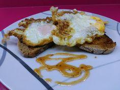 Huevos Fritos Con Tostas De Pan De  Centeno Y Crema De Tomate Y Orégano.