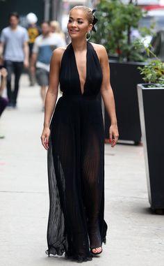 Rita Ora from El cuadro grande: de hoy Hot Pics  El cantante británico se ve hermosa en un vestido negro hundiendo mientras que en Nueva York.