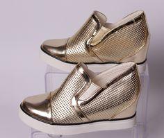 Ефектни и модни дамски обувки от мека еко кожа на дупки. Обувките са в златен цвят с бяла подметка 2 см. От двете страни има ластици, които улесняват обуването и прилепването на обувката. Скрита платформа с височина 5 см. в задната част ги прави стилни и подходящи за всякакви поводи.
