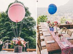 Amei esse arranjo de flores à esquerda e acho que podemos colocar uma passadeira de mesa nas mesas, não sei se gosto da ideia de colocar mini suplats, acho que dá uma expectativa de jantar nas pessoas