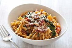sweet potato garlicky kale pasta 3 pasta with sweet potatoes, tomatoes, garlicky kale, and bacon Bacon Recipes, Real Food Recipes, Salad Recipes, Healthy Recipes, Yummy Recipes, Cooking Recipes, Kale Pasta, Bacon Pasta, Kitchens