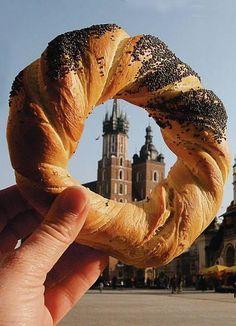 Gli Obwarzanek sono un prodotto tipico da sgranocchiare avidamente mentre si visita Cracovia :)