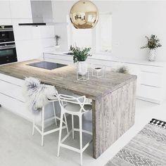 **Inspiration**   Le plan de travail en bois & le tapis berbère réchauffent cette cuisine immaculée blanche... www.mode-and-deco.com