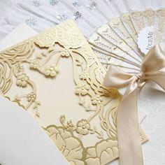 Romantische #einladungskarten in hellen erfrischenden Tönen jetzt bei #jolieme bestellen.  #hochzeit #inspiration #ivory #gold #heiraten