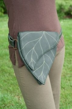 Ok...I'm not a big fan of the fanny-pack. But I would for sure wear this while tromping through the woods. I'd feel like an elf. Wood Elf Costume, Elf Cosplay, Cosplay Costumes, Fantasy Costumes, Leather Working, Pouch Bag, Costume Accessories, Robes Pin Up, Fanny Pack