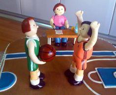 Tarta cancha baloncesto Una tarta con motivos de baloncesto, pero donde el protagonismo se lo lleva una juez de mesa, que es para quien está dedicada esta tarta.