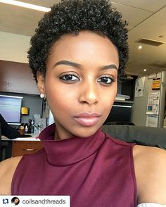 #Repost @coilsandthreads ・・・ Perks of having your office desk by a window...sunlight for endless selfies, of course. #kinkychicks #kinky_chicks1 #naturalhair