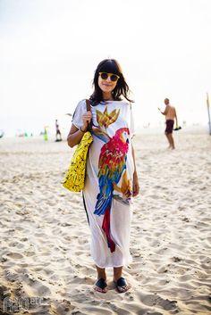 RIOetc   Grávida e de bem com a vida, na praia de Ipanema! Blusão de arara, rasteirinha no pé e sacola de bananas.