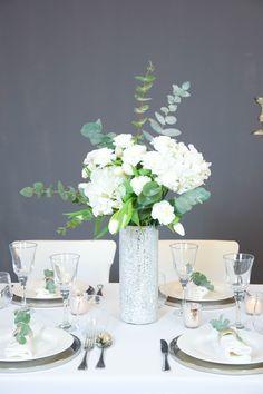Dekoration I Hochzeit I Silber I Weiß I Tulpen I Glas I Hortensien I Nelken I Grün I Kerzenständer I Vase I Teelichter