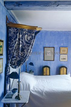 9e6636bc8f4d In this bedroom a glamorous note is created by a gilded antique canopy and  blue and