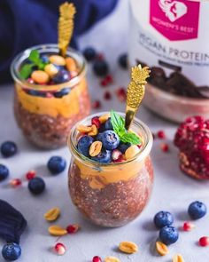 Where are all the peanut and chocolate lovers at? 🙋♀️ Give these delicious vegan chocolate peanut butter overnight oats a try! - 👉Ingredients: • 60g oats • 20g Women's Best vegan protein chocolate • 10g raw cocoa powder • 10g Women's Best chia seeds • ½ smashed banana • 15g Women's Best peanut butter • 160ml almond milk Combine all ingredients and let soak for at least two hours or overnight. Top it of with peanut butter, blueberries and pomegranate seeds!
