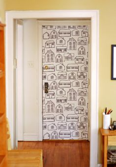 何の変哲もない白いドアが、遊び心いっぱいの扉に大変身。   貼って剥がせる壁紙用ののりを使えば、賃貸でも安心ですね。