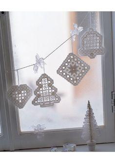 La broderie Hardanger fait son grand retour sur la scène de la décoration d'intérieur Hardanger Embroidery, White Embroidery, Drawn Thread, Christmas Decorations, Christmas Ornaments, Cutwork, Needlework, Crochet Earrings, Projects To Try