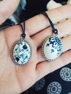 çini tasarım kolye Ceramic Jewelry, Enamel Jewelry, Clay Jewelry, Porcelain Clay, Fashion Portfolio, Glazes For Pottery, Ceramic Painting, Tile Art, Love Bracelets