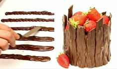 de petites lames en chocolat posées autour d'un gateau au chocolat, décoration de fraises fraîches, chocolat decoration
