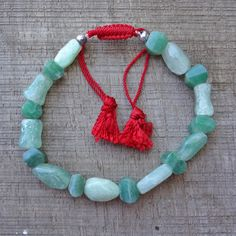 Armband  van groene steentjes.