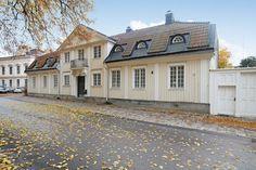 Kyrkoherdebostaden vid Heliga Trefaldighet kyrka i Gävle. Byggår 1764. Boyta 862 kvm, tomt 2 610kvm. Utgångspris 9 000 000