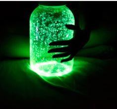 Pote neon para enfeitar ambientes a noite ( quebrar pulseiras neon dentro de um pote e fechar)