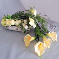 Kremowo zielona kompozycja Flower Decorations, Table Decorations, Cemetery Flowers, Modern Flower Arrangements, Hotel Decor, Flower Pictures, Calla Lily, Ikebana, Flower Crafts