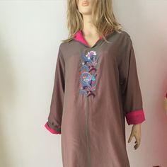 #jellaba#elilou#gris#rose# Sport Chic, Kaftan, Moroccan Dress, Gris Rose, Classy Women, Designer Collection, Indian Wear, Kurti, Tunic Tops