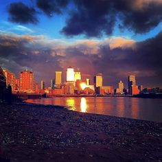 Making the most of the Equinox  Canary Wharf  #canarywharf #london #londoner #london4you #londonlife #walks #sun #sunset #sunset_pics #sunsetporn #londonbeach #clouds #dramatic #sunday #equinox #mylondon #mysecretlondon #prettylittlelondon #londonpop #blue #gold #maybeldner #london_only #blog #follow #city #architecture by notesbyrosie