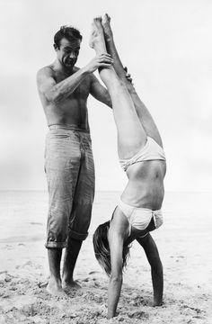 Sean Connery y Ursula Andress jugando en la playa durante el rodaje de 'Dr. No', 1962