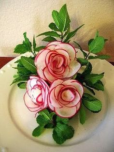This site has great ideas for Fruit and Vegetable Art. Radish roses would make . - This site has great ideas for Fruit and Vegetable Art. Radish roses would make a great piece for a - L'art Du Fruit, Deco Fruit, Fruit Art, Fruit Trays, Fresh Fruit, Veggie Art, Fruit And Vegetable Carving, Vegetable Trays, Radish Flowers