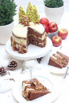 Bratapfel-Lebkuchen-Torte. Sie besteht aus drei Schichten großzügig gewürzten Lebkuchenböden, gefüllt mit kleingeschnitten Äpfel, Sultaninen, die eingekocht sind, überzogen mit einer Frischkäse-Buttercreme. Dekoriert mit selbstgemachten kleinen Tannenbäumen aus Schokolade und niedlichen Lebkuchenmännchen. #bratapfel #bratapfelkuchen #bratapfeltorte #bratapfelrezept #weihnachten #backen #kuchen #torte #sonntagsistkaffeezeit Sweet Bakery, Fabulous Foods, Tiramisu, Easy Peasy, Waffles, Delish, Good Food, Favorite Recipes, Sweets