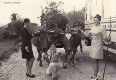 Tres mozas diante do carro das vacas. Cedida por Ezaro.com