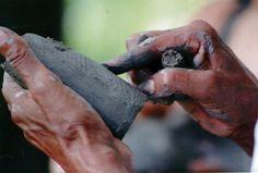 #ManosArtesanas | Manos artesana lenca trabajando la arcilla