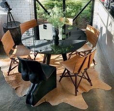 Sem grana para redecorar a sala de jantar toda? Invista apenas em uma cadeira diferente. O resultado é inusitado e muda completamente a composição. Se for um modelo bem-humorado, como no projeto da arquiteta Bruna Riscali, é ainda melhor