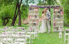 mariage champêtre chic avec des chaises en blanc neige, meubles de rangement et accessoires shabby chic