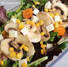 Si no tienes queso feta puedes preparar la ensalada de champiñones con queso rallado grueso o daditos de cheddar, ementhal... a tu gusto.