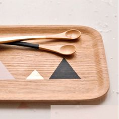 With the help of a little contact film, a scalpel and a ruler create a graphic pattern of triangles on wood surfaces.