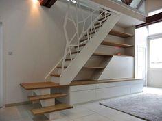 Escalier avec agencement, garde-corps en acier découpé laser et thermolaqué blanc.