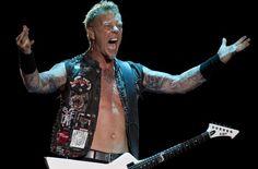Metallica littéralement en feu à Mexico.   MEXICO – Le chanteur du groupe Metallica, James Hetfield, a mis les amateurs en garde alors que s'entame leur cinquième tournée mexicaine. Le spectacle comporte un côté dangereux et les membres en sont très conscients.