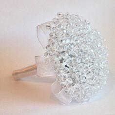 Buquê de Noiva Cristal Calla Lily Bridal Bouquet, Vintage Bridal Bouquet, Bridal Brooch Bouquet, Diy Wedding Bouquet, Brooch Bouquets, Cake Bouquet, Lys Calla, Romantic Wedding Colors, Backyard Bridal Showers